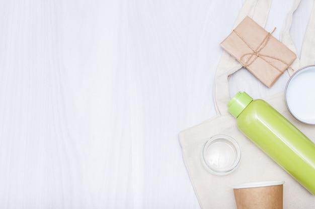 무료 플라스틱 쇼핑을위한면 린넨 백, 스테인리스 병, 종이컵, 유리 용기. 친환경 개념. 공간을 복사하고 평평하게 놓습니다.