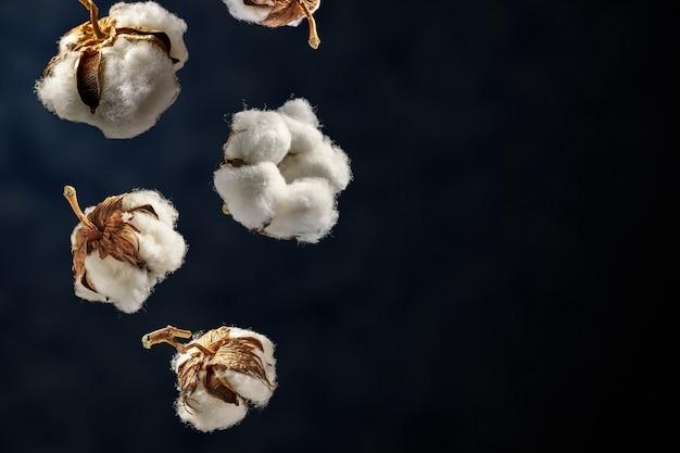 綿花は、宇宙の槍から暗い背景に落ちます。