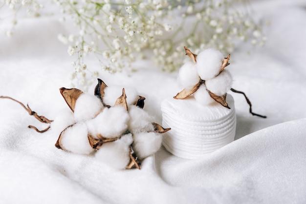 흰색 작은 꽃의 배경에 흰색 천으로면 식물