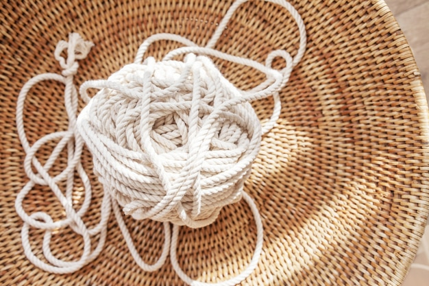 Хлопковая веревка для макраме ручной работы в плетеной корзине. женское хобби. копировать пространство