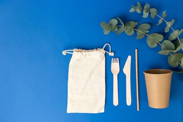 면 작은 가방과 유칼립투스 잎