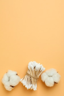베이지 색 바탕에 면봉과 면봉