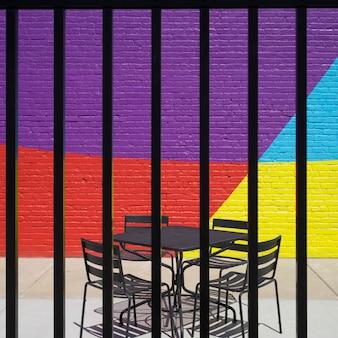 空の椅子とテーブルは、金属フェンス、ミネアポリス、ヘネピンcouを介して見て歩道のカフェに配置
