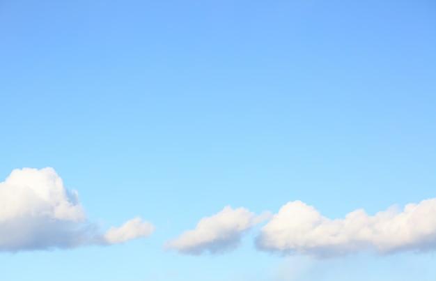 Couds in the blue sky, можно использовать в качестве фона. состав copyspace