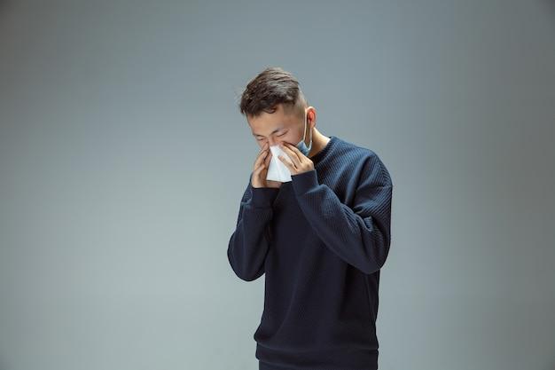 기침, 재채기. 파란색 보호 마스크 포즈를 취하는 중국 남자. 발열, 두통 등의 폐렴 호흡기 증상 예방. 중국 코로나바이러스 삽화. 건강 관리, 의학 개념입니다.