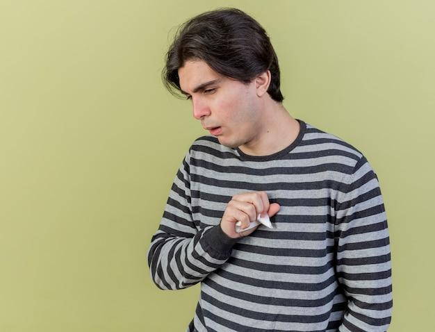 올리브 그린에 고립 된 기침 젊은 아픈 남자