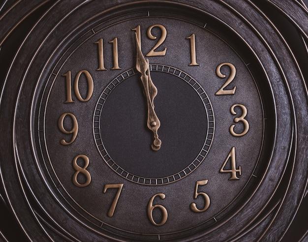 Обратный отсчет до полуночи. часы в стиле ретро с золотыми цифрами, показывающими от одной минуты до полуночи.