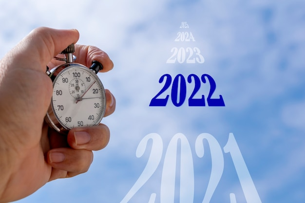 Обратный отсчет с аналоговым секундомером в небе приближается конец 2021 года и новый 2022 год