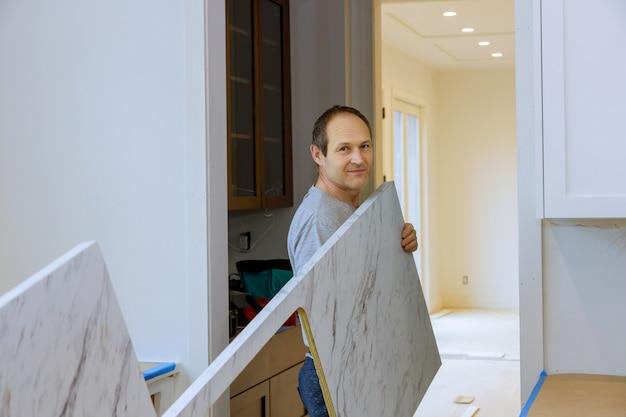 Столешница на кухне, плотник устанавливает кухонную столешницу