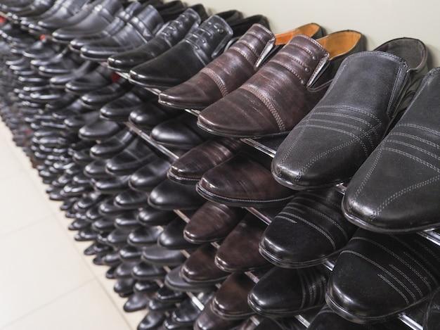 검은 신발 카운터. 면세점에서 카운터에 많은 신발.