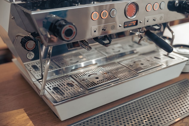 Стойка с профессиональной кофеваркой в кафетерии