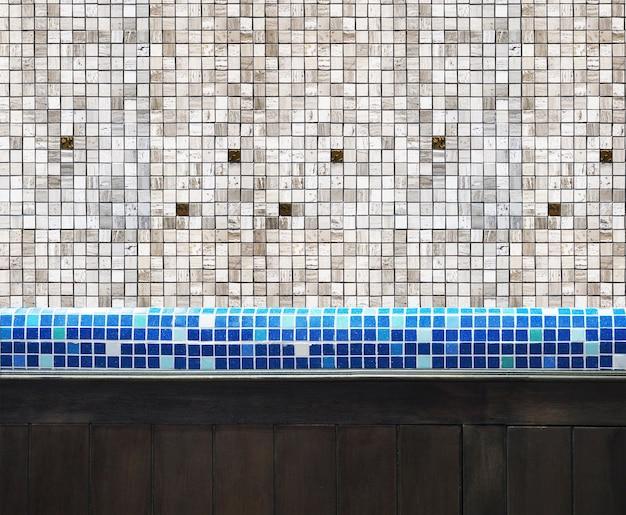 Мозаичная плитка на столешнице и деревянная доска на кухне или в туалете