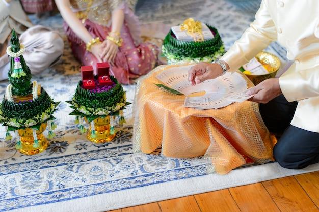 持参金の結婚のお金を数えるタイの結婚式の婚約