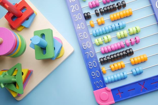 テーブルの上で数学の学習おもちゃを数える