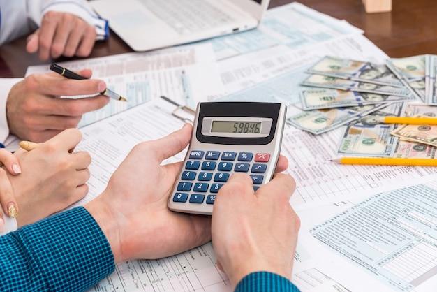 1040税務フォームに記入しながら税金を数える