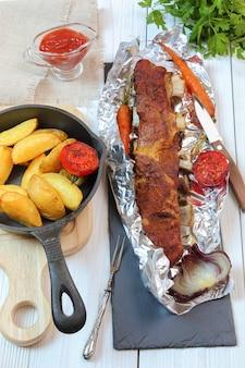 시골 저녁 식사 - 흰색 나무 테이블에 야채와 감자를 곁들인 구운 송아지 볶음