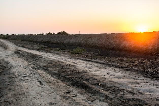 フィールドの田舎の未舗装の道路