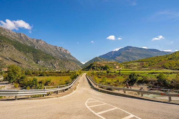 ヨーロッパの山の田舎道