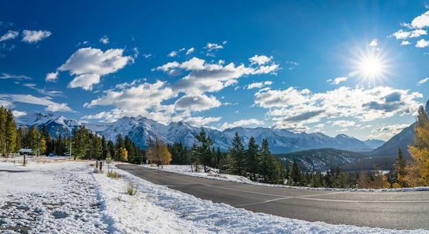 눈 덮인 가을 화창한 날 숲 계곡의 시골길 밴프 국립 공원 캐나다 로키 산맥