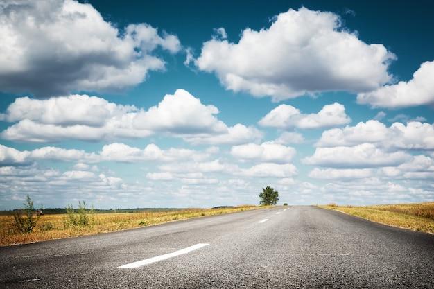 구름 아스팔트가 있는 시골길