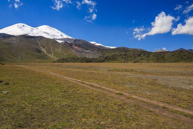 Проселочная дорога без асфальта в горах