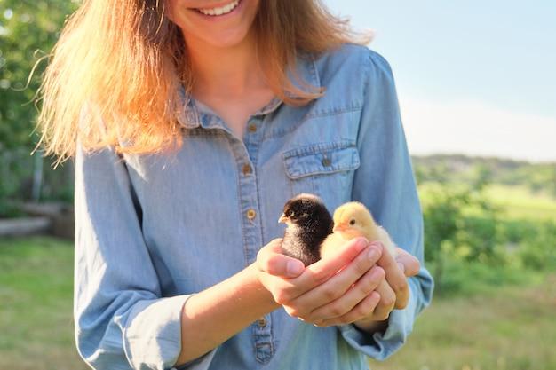 Деревенский деревенский стиль, красивая улыбающаяся девочка-подросток с новорожденными цыплятами