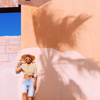Леди в стиле кантри. модный тропический наряд