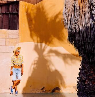 Модель в стиле кантри. модный тропический наряд