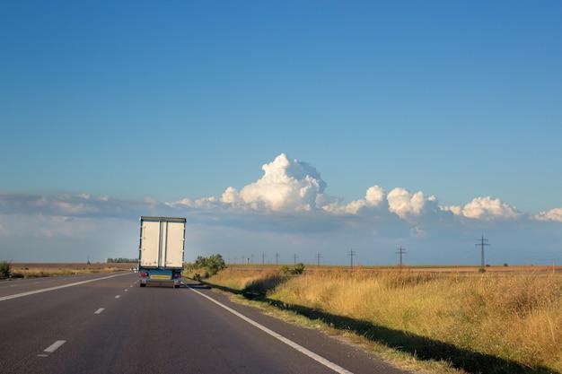 トラックローリーが前方にある国の2本線道路