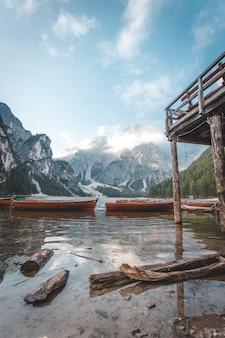 Деревня и деревянная лодка