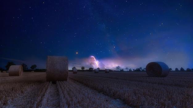 夜の田園地帯