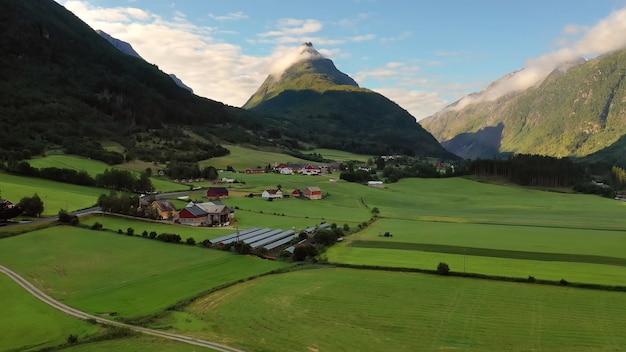 큰 산 녹색 계곡 구름 하늘 기슭의 시골