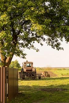 Сельская жизнь фермы с трактором