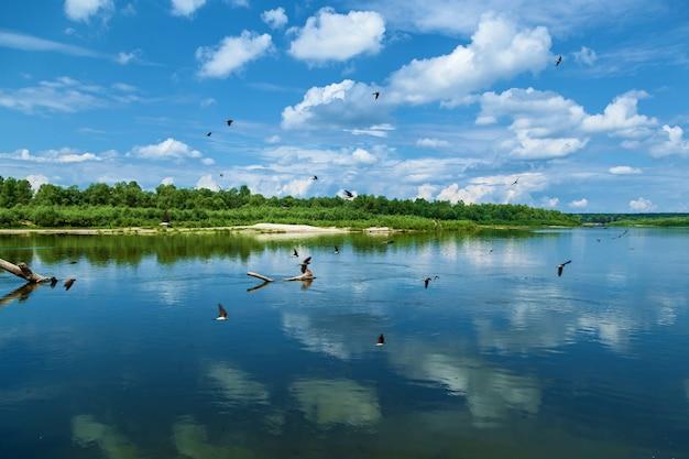 강 위의 아름다운 일몰과 구름의 시골 풍경