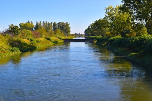 川のある田園風景