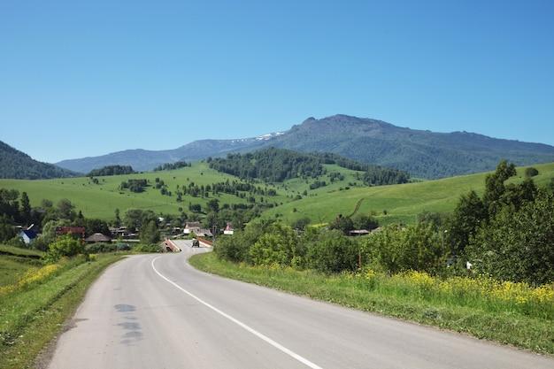 Проселочная дорога, деревня в горах алтая, летнее путешествие
