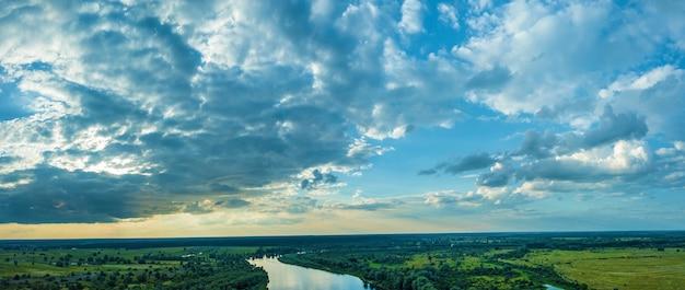 공중에서 본 시골 풍경 강의 탑 뷰, 숲의 조감도. 도시 밖의 자연 풍경