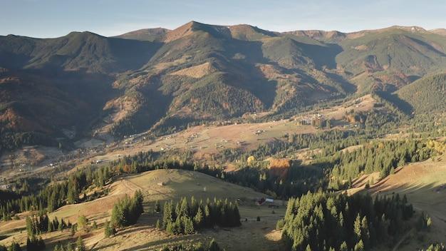 山の谷の田園地帯の村空中誰も自然の風景のコテージ田舎道のモミと