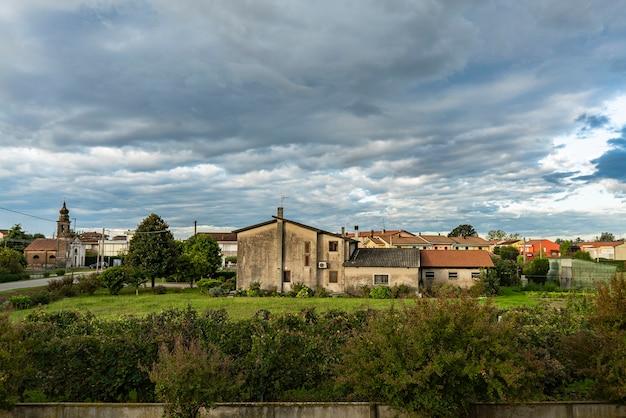 田舎の村の曇りの風景の秋のパノラマ