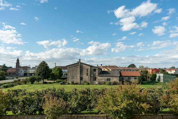 秋の田園地帯の村の日当たりの良い風景のパノラマ