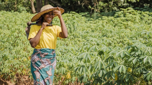 Сельская женщина в поле