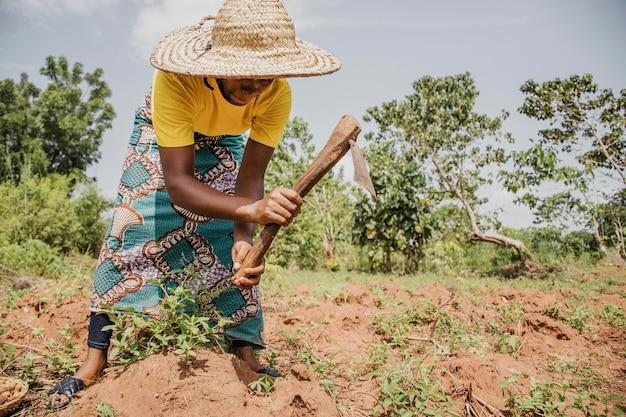 Сельская женщина, работающая в поле