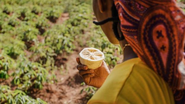 Сельский рабочий, наслаждаясь фруктом