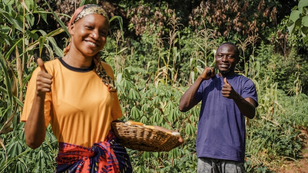Сельские рабочие вместе в поле