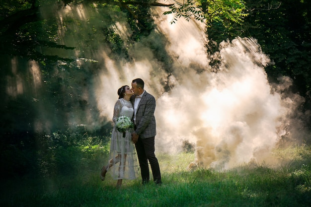 Пара против белого тумана в парке