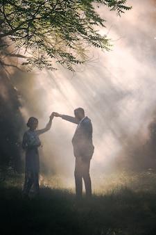 公園の白い霧に対するカップル