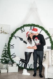 새 해 자정을 보여주는 큰 시계에 대 한 커플