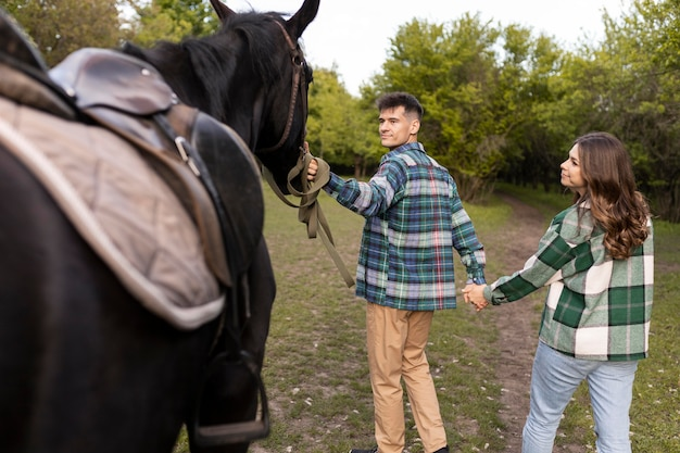 カップルと屋外の馬