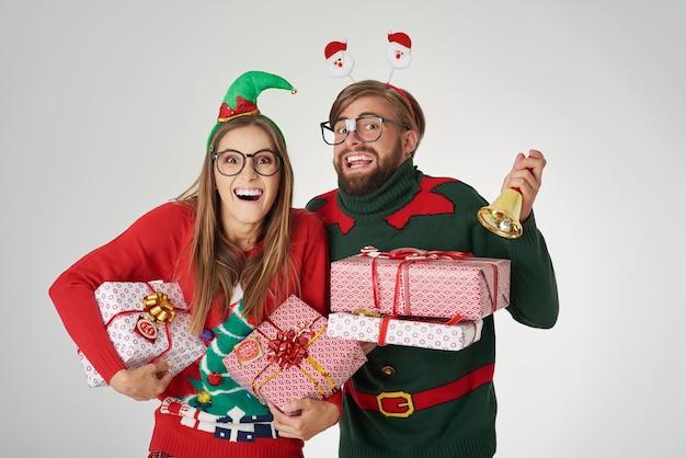 크리스마스 시간을 발표하는 커플