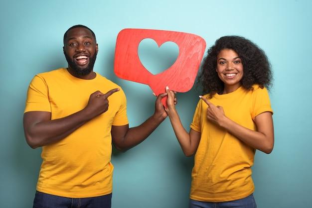 Пара счастлива, потому что получает сердечки в приложении социальной сети
